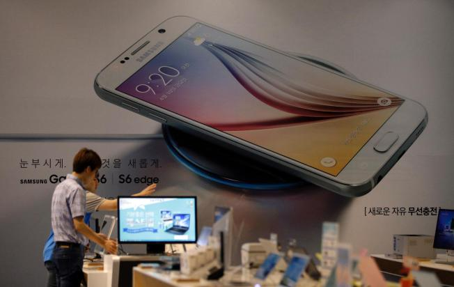 Samsung forecasts profit fall as sales of S6 phones fall short of expectations