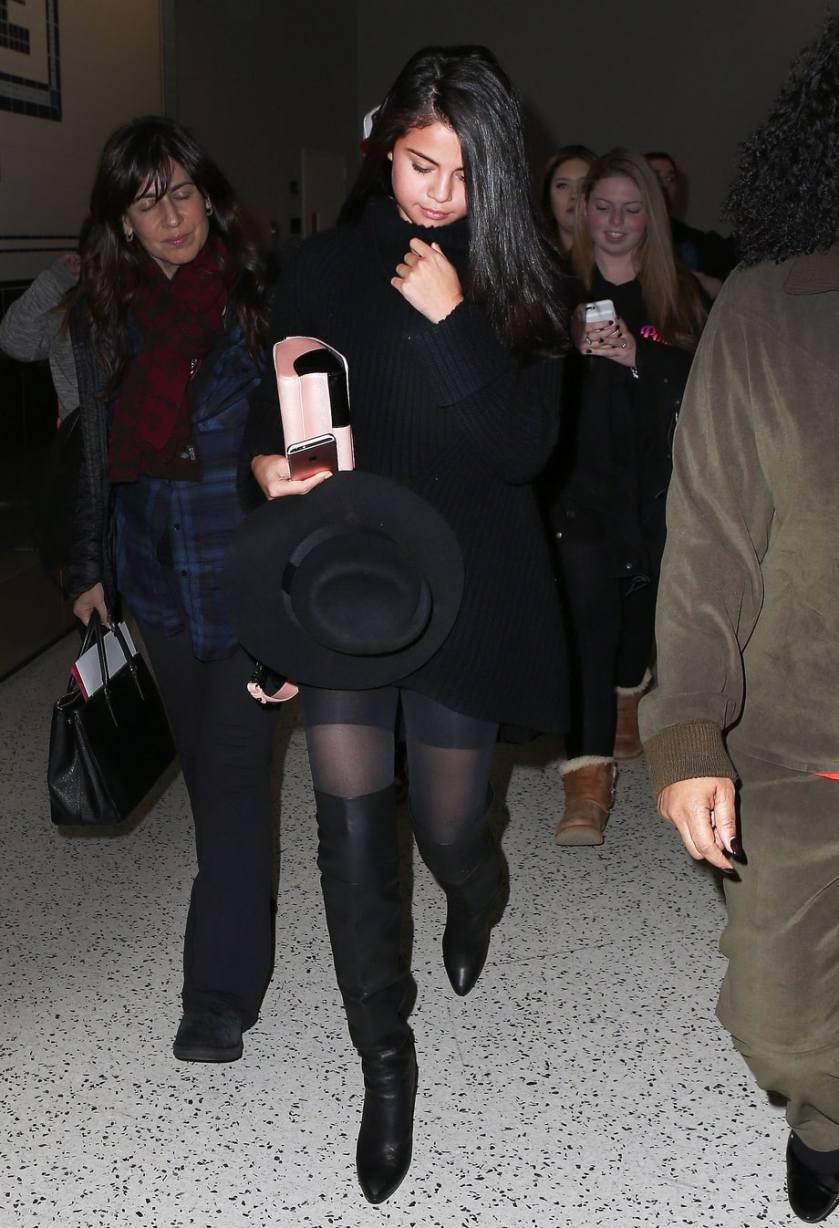 Selena Gomez Wears Control-Top Pantyhose Just Like Us – #AllTheNews
